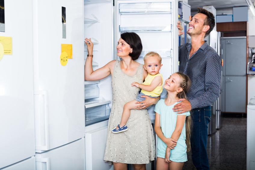familia viendo el nuevo frigorifico