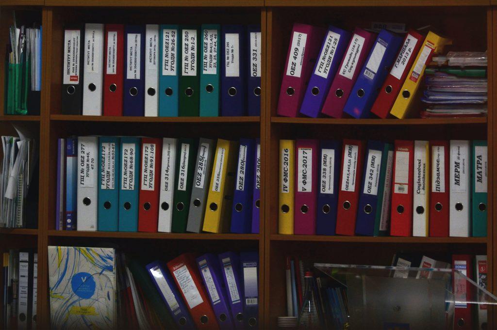 carpetas de colores en estante