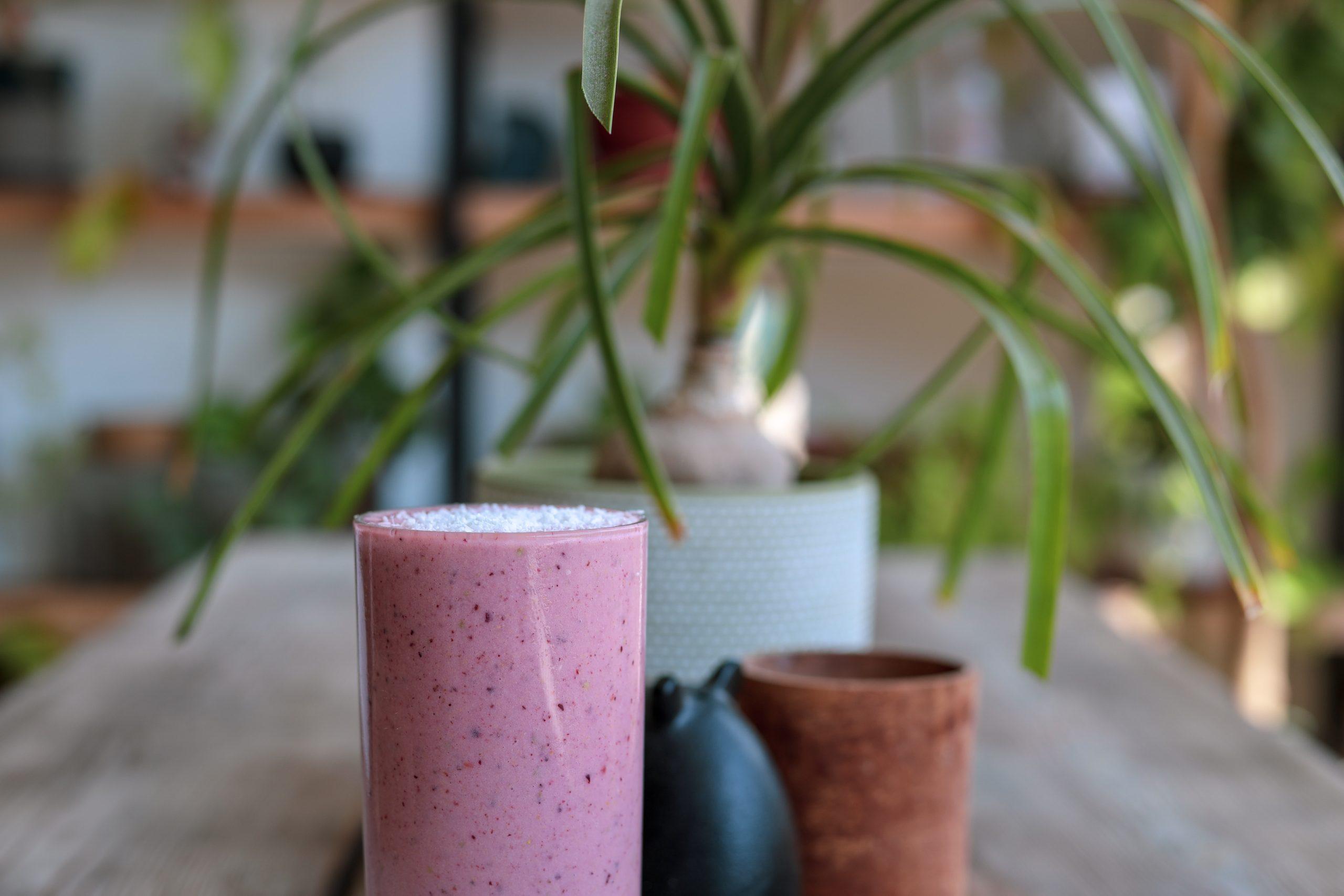 Smoothie rosa en mesa