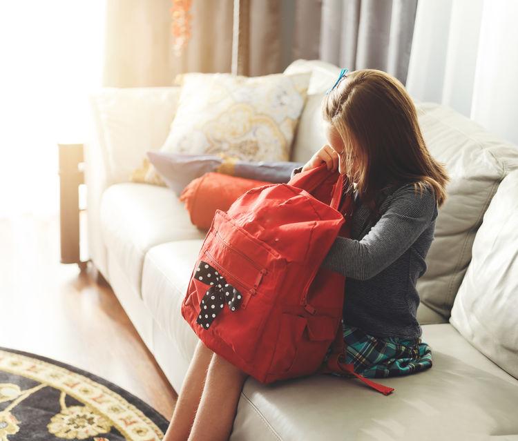 niña preparando mochila