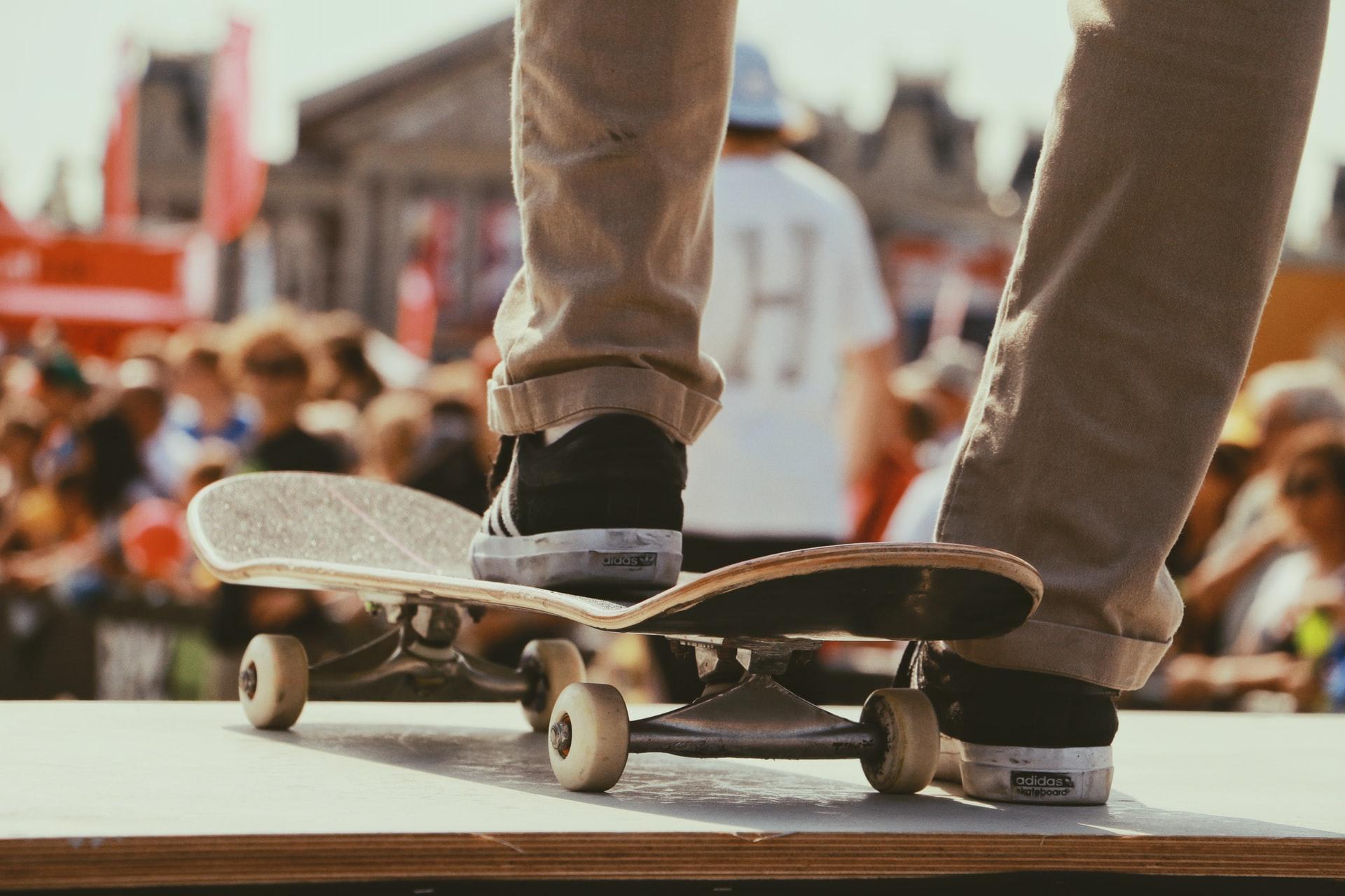 chico sobre tabla de skate