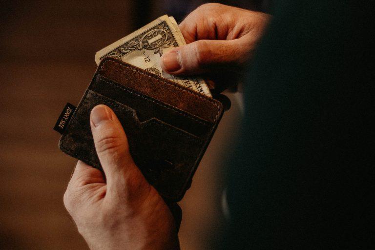 Persona sacando dinero