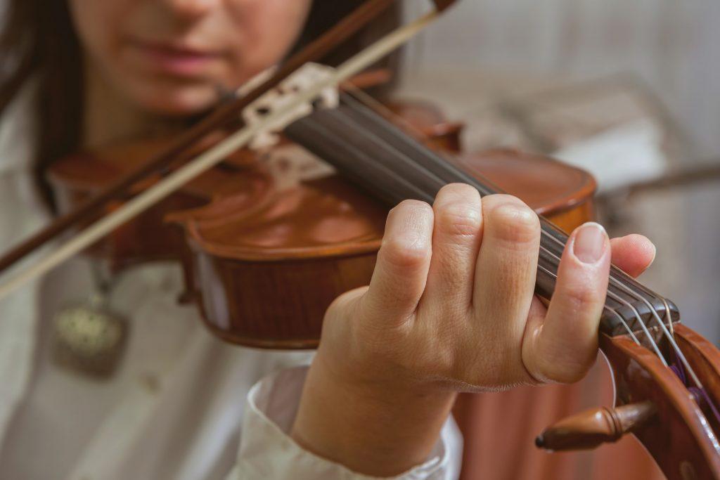 chica tocando violin