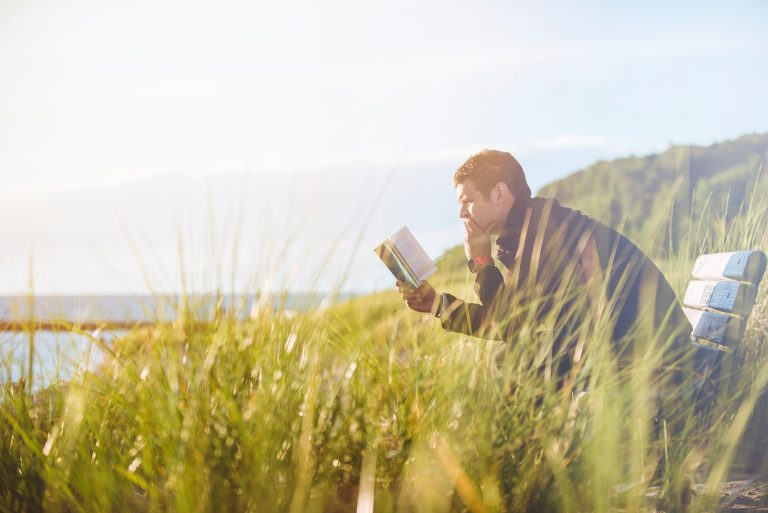 Persona leyendo libro