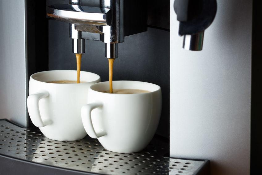 preparando dos tazas de café