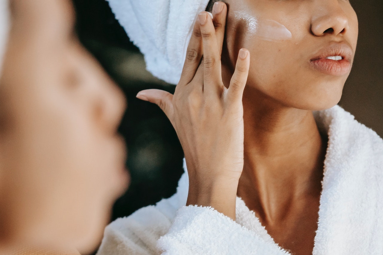 Mjujer aplicandose crema facial