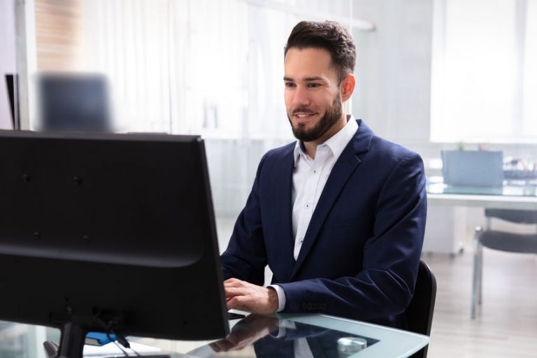 Hombre sentado con su ordenador