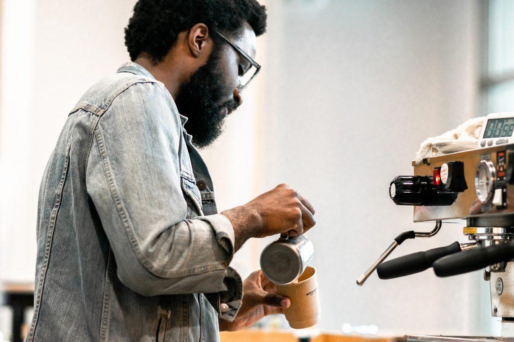 chico preparandose café