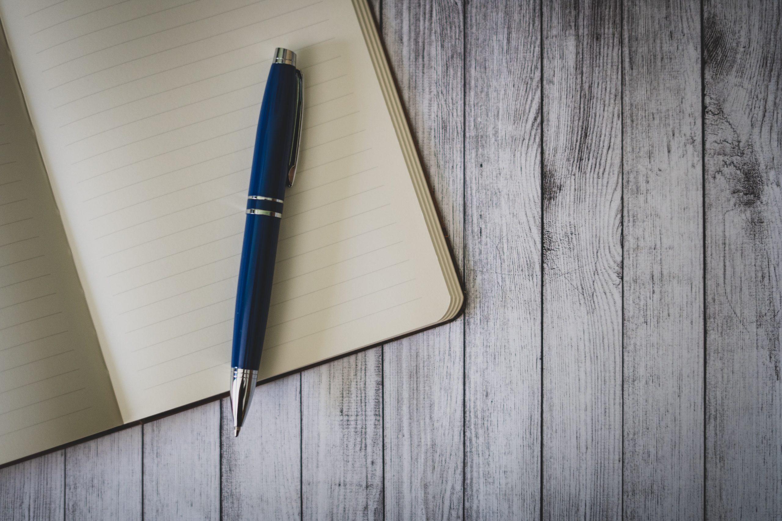 Boligrafo dobre libro en blanco