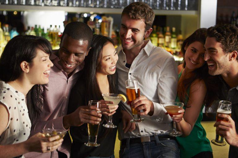 Grupo de amigos reunidos bebiendo
