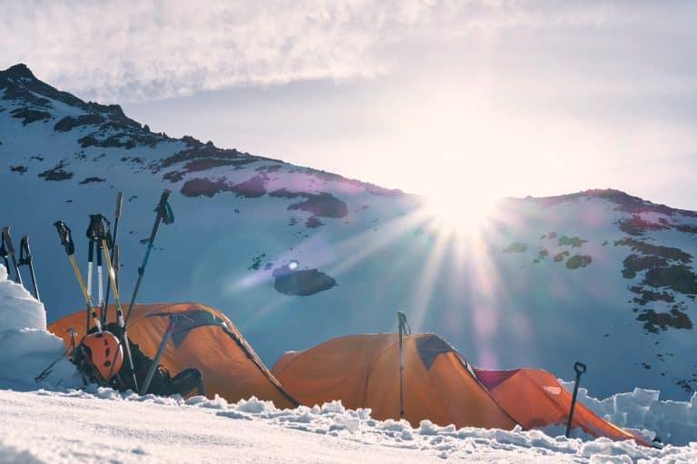 Zelte auf Schipiste