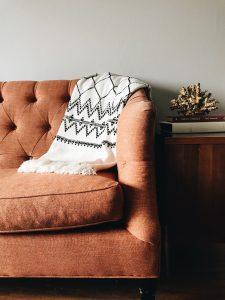 Manta de coralina en sofá marrón